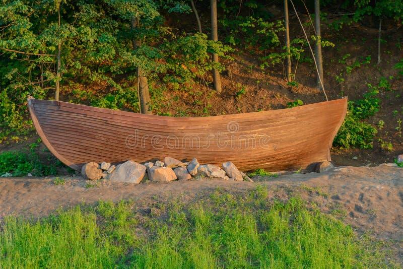 En gammal barkass står på kusten fotografering för bildbyråer