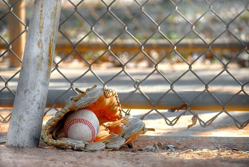 En gammal baseballkarda och boll royaltyfria bilder