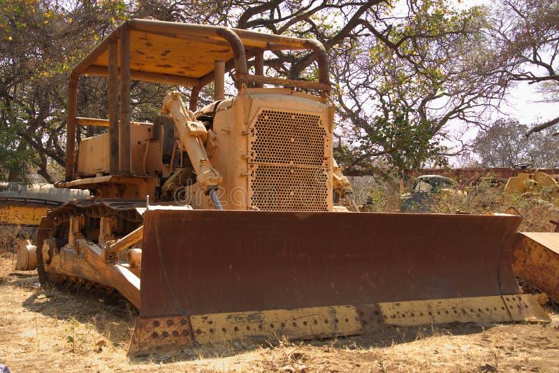 En gammal bulldozer på restgård i Afrika arkivbild