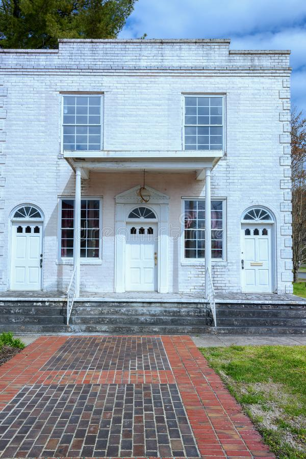 En gammal byggnad i i stadens centrum Elizabethton, Tennessee royaltyfria foton