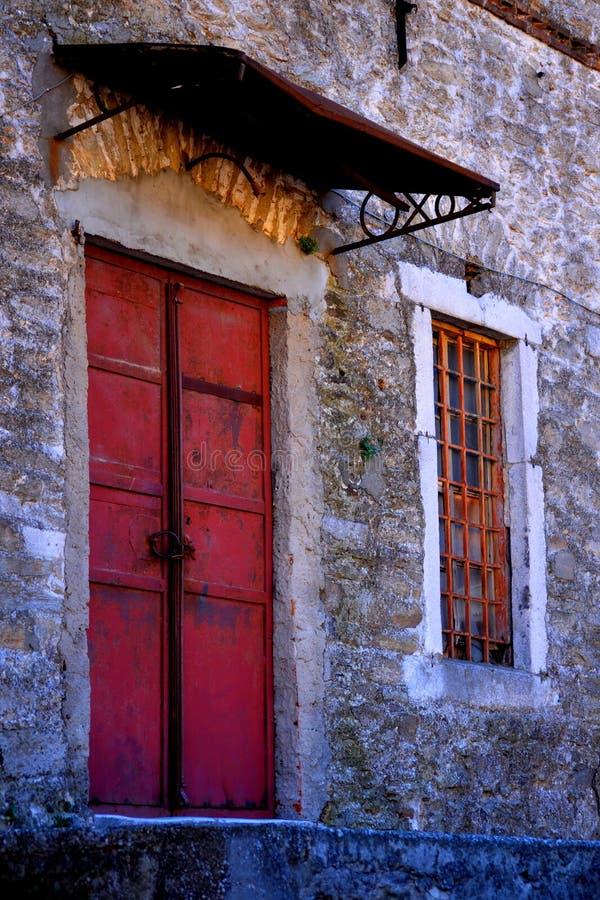 En gammal byggnad med en dörr arkivbilder