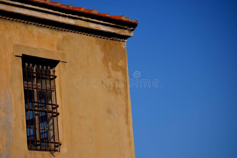 En gammal byggnad med ett fönster arkivfoto