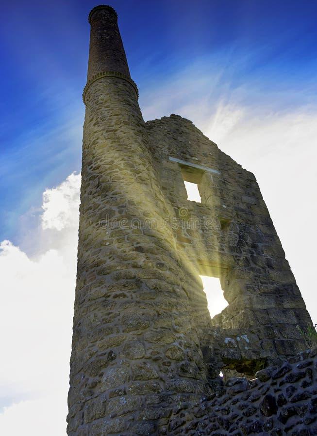 En gammal cornisk tenn- min nära Tredinnick med den synliga solen rays - Cornwall, Förenade kungariket royaltyfri bild