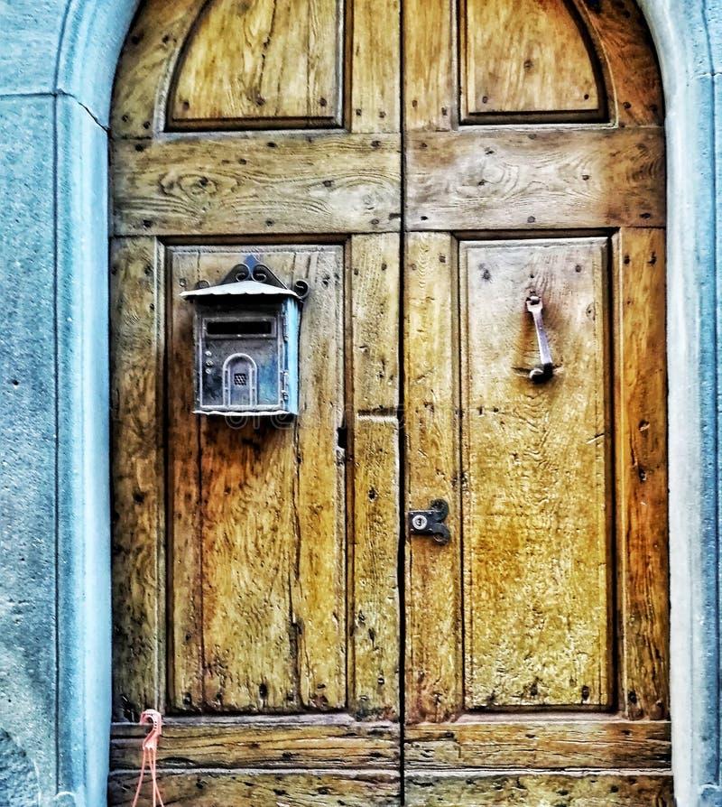 En gammal dörr i en medeltida stad arkivfoton