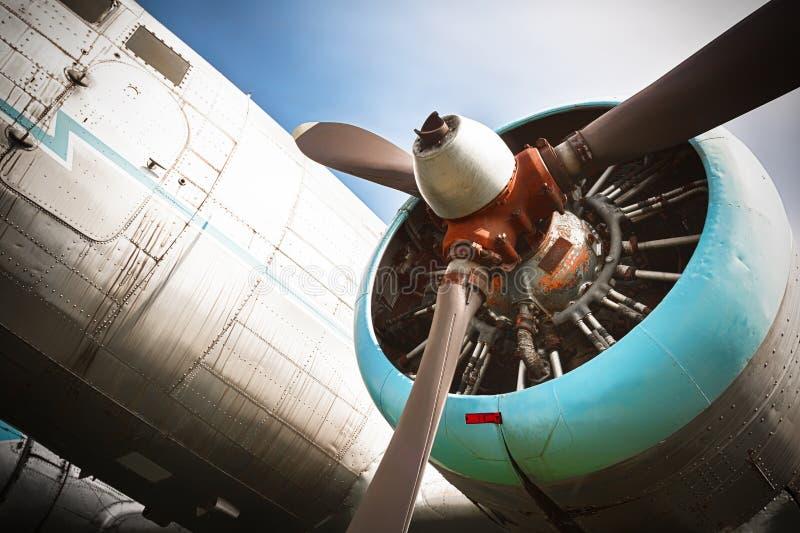 En gammal föråldrad flygplanpropeller arkivbild