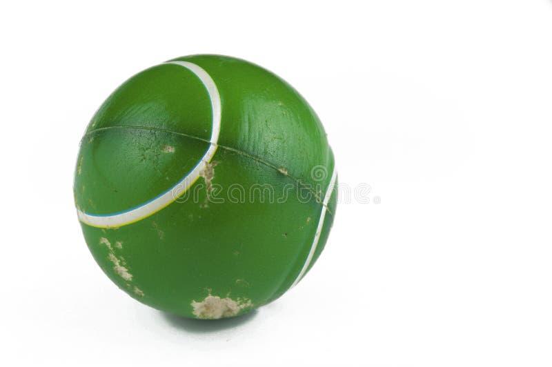 En gammal grön boll som isoleras på en vit bakgrund kopiera avst?nd royaltyfria bilder