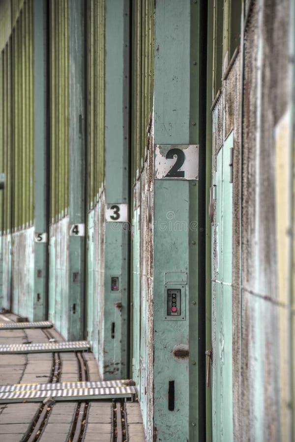 En gammal hisselevator i ingången av en gammal övergiven byggnad, Tyskland arkivbilder