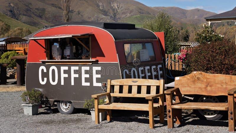 En gammal husvagn som säljer kaffevägrenen royaltyfria foton