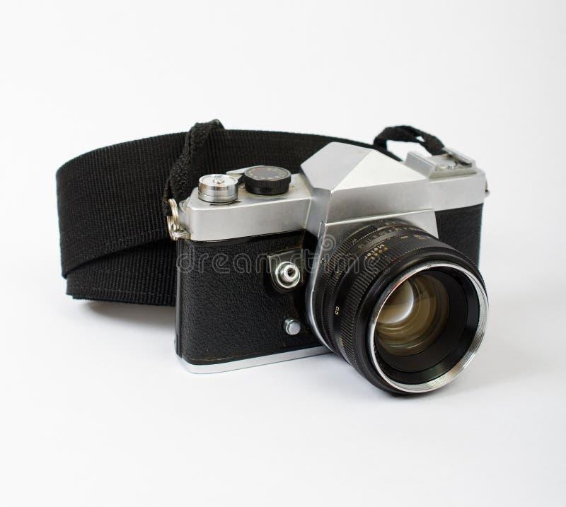 En gammal kamera på en vinkel med en rem arkivbild