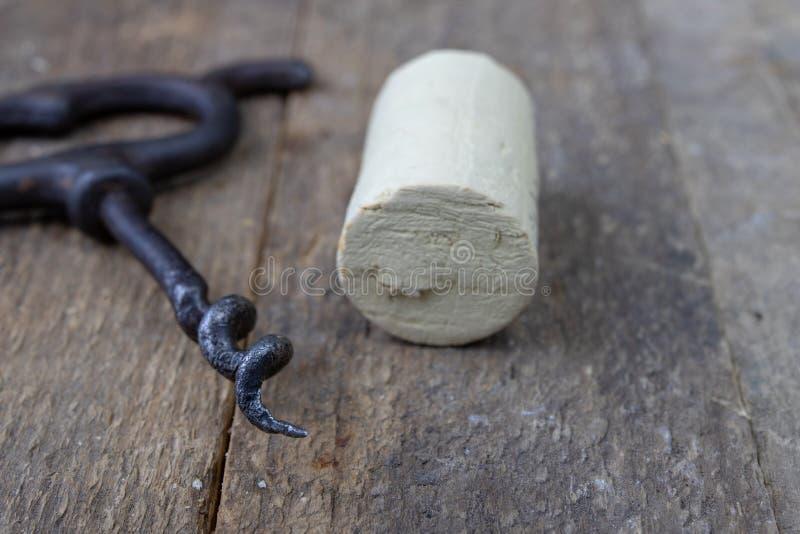 En gammal korkskruv för vinkorkar Öppna gammalt vin på en träkitch arkivfoto