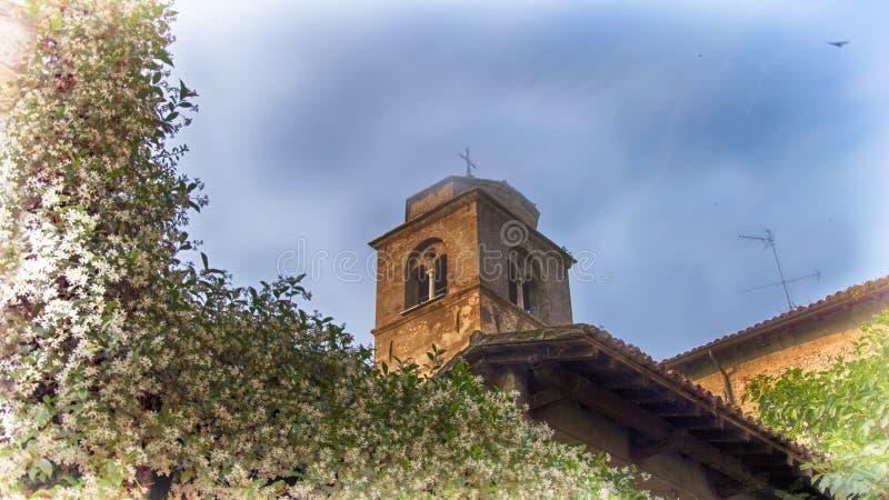 En gammal kyrka i Sirmione, Italien arkivfoton