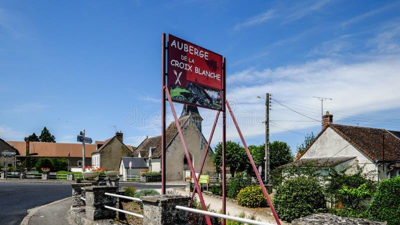 En gammal liten by nära Loiren i Frankrike arkivbild
