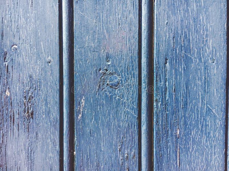 En gammal marinblå färg av träväggen med solljus för bakgrundstextur arkivfoton