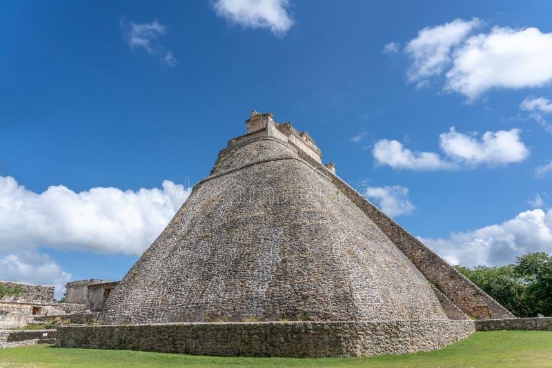 En gammal mayan tempel nära det ciry av Uxmal Yucatan Mexico arkivbild