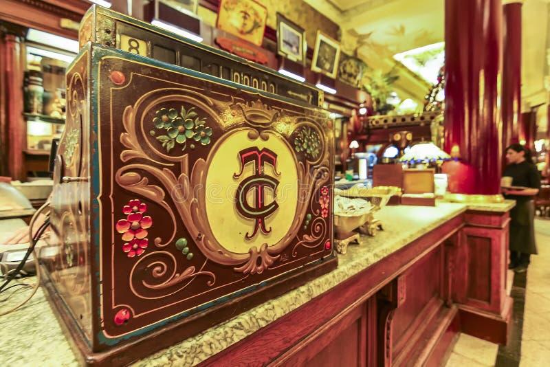 En gammal modekassaapparatmaskin på kafét Tortoni arkivfoton