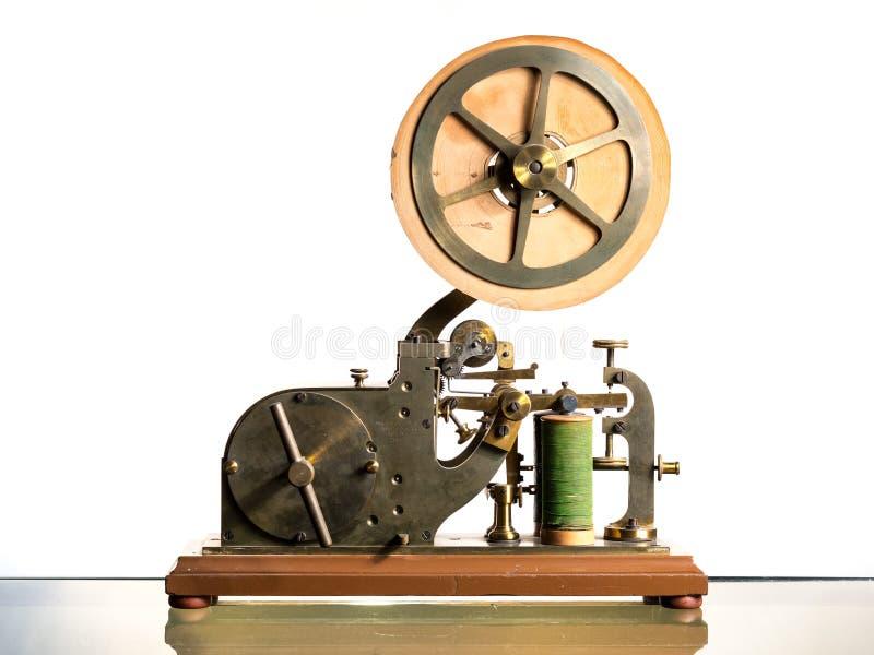 En gammal Morse telegraf med pappers- rulle royaltyfria bilder