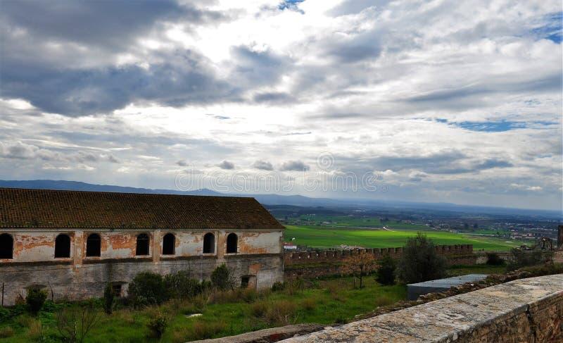 En gammal och övergiven byggnad och landskapsikten från slottväggarna royaltyfria foton