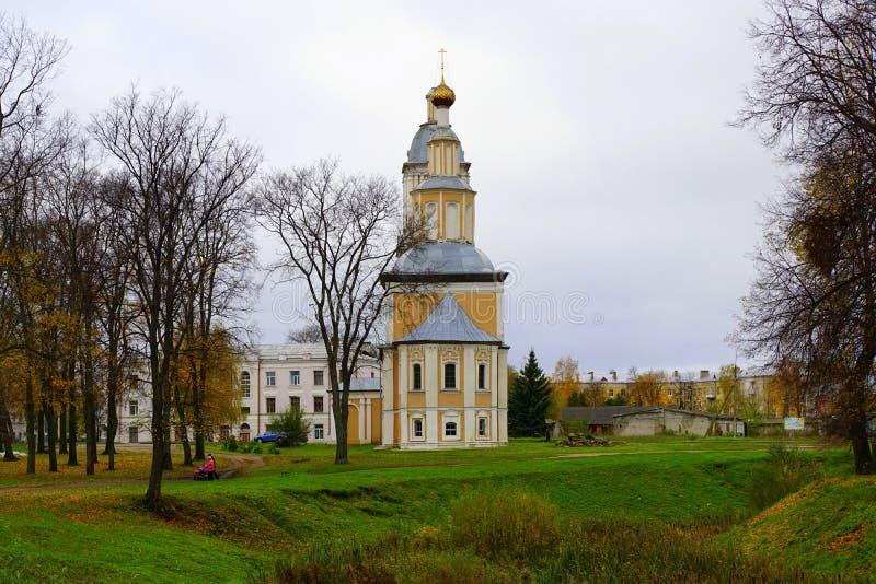 En gammal ortodox kyrka i en höst parkerar i Uglich, Ryssland royaltyfria foton