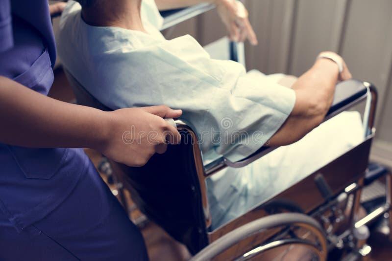 En gammal patient på ett sjukhus arkivfoto