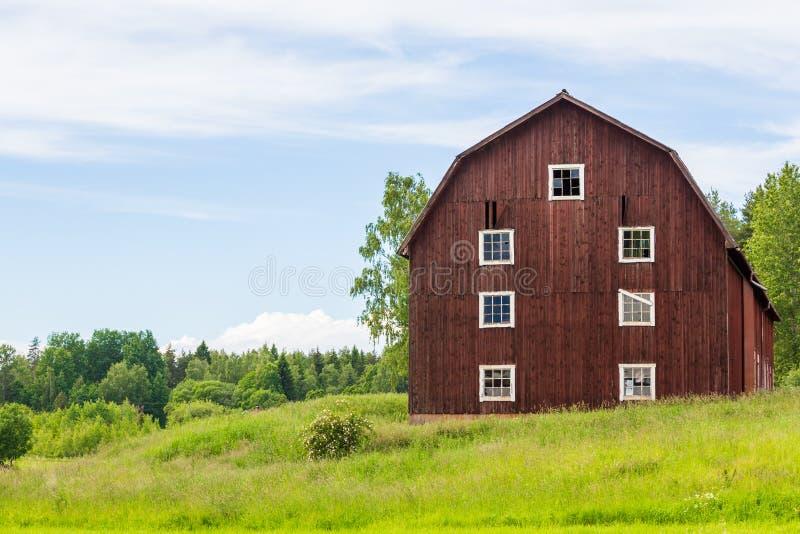 En gammal röd svensk ladugård royaltyfri fotografi