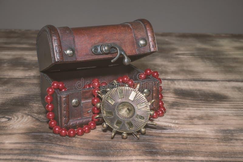 En gammal resväska för smycken arkivbilder