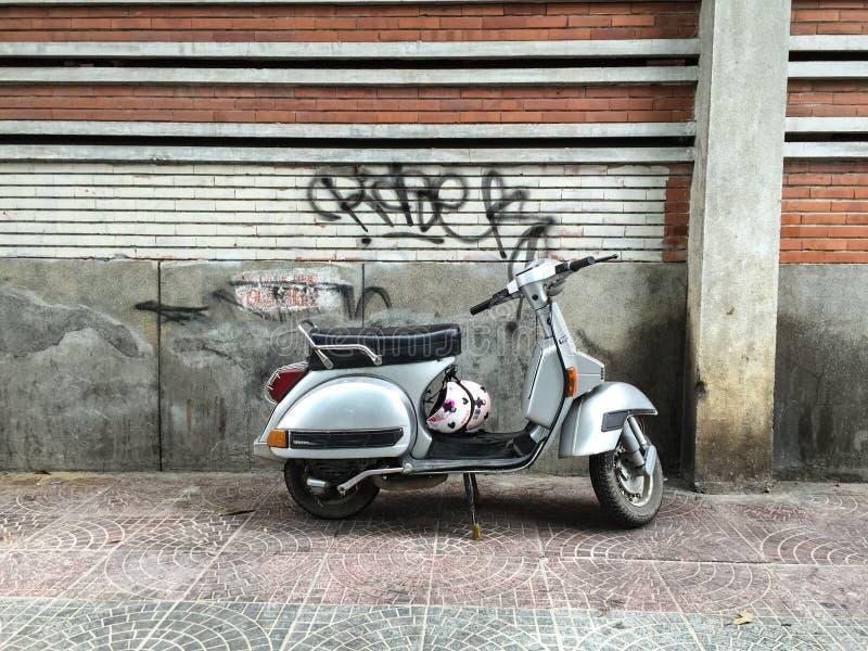 En gammal sparkcykel i Saigon, Vietnam royaltyfri foto