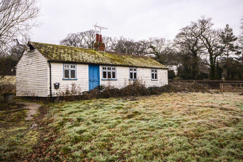 En gammal Sussex stuga som visar den vita träSussex panelbrädatekniken fotografering för bildbyråer