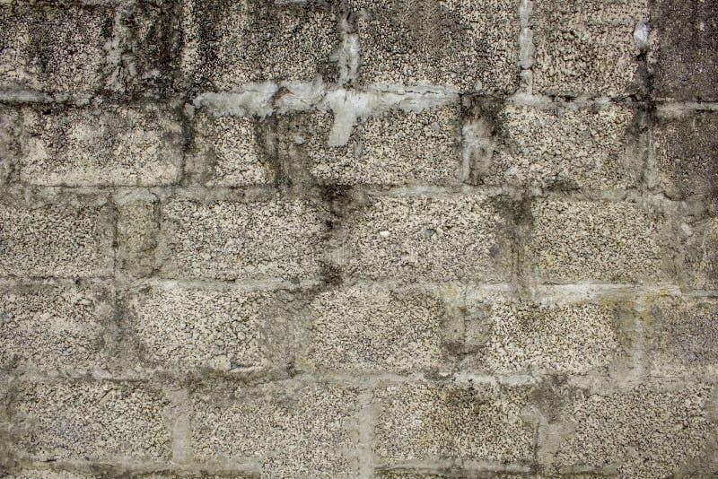 En gammal tegelstenbetongvägg med en grov textur ungefärlig yttersida smutsig vit grå murverkvägg fotografering för bildbyråer
