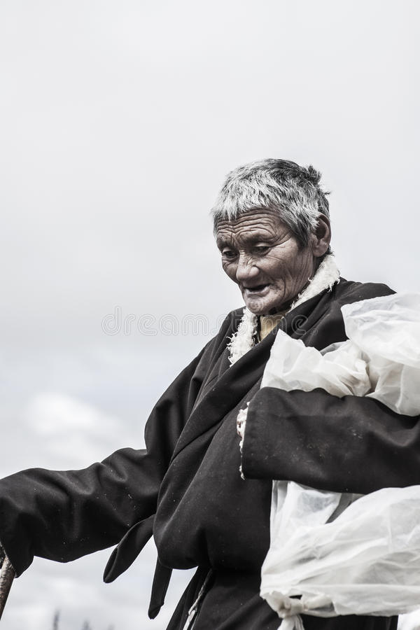 En gammal tibetan kvinna arkivbild