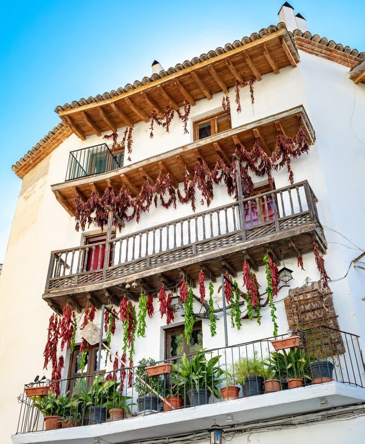 En gammal tradition för ålder av att torka peppar och chili från deras balkong fotografering för bildbyråer