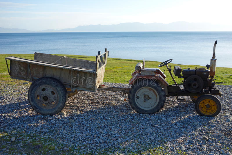 En gammal traktor arkivfoto