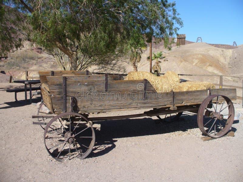 En gammal triumfvagn i spökstaden av kalikå i Nevada arkivbild