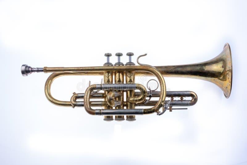 En gammal trumpet som täckas med polityr Musikalisk blåsinstrument arkivfoto