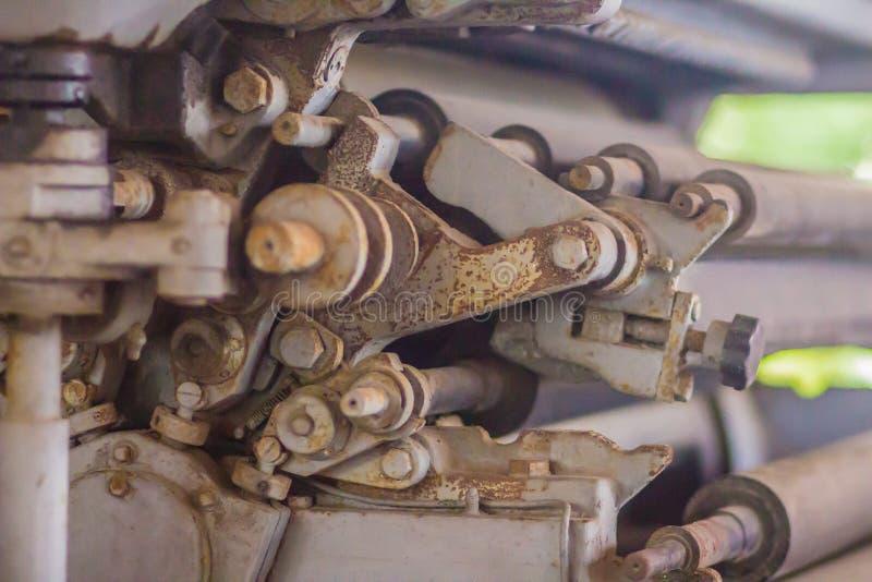 En gammal tryckpressmaskin med roterande utrustningar Övre detalj för slut av en gammal tryckpress fotografering för bildbyråer