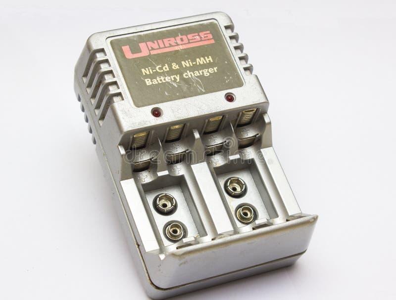 En gammal uppladdare för Uniross rechargable mång- formatbatteri fortfarande som är i bruk i det Bangor länet ner efter många år arkivbilder