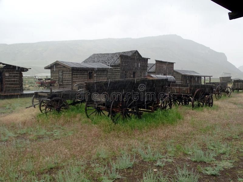 En gammal västra gataplats under en regnstorm på den gamla slingastaden i Cody royaltyfria bilder