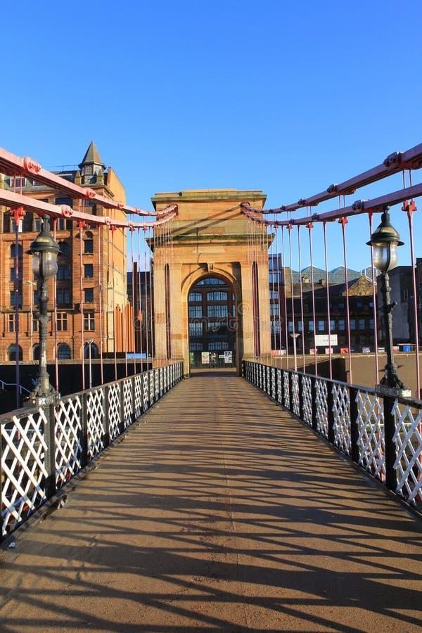 En gammal victorian fotbro över floden Clyde arkivbild