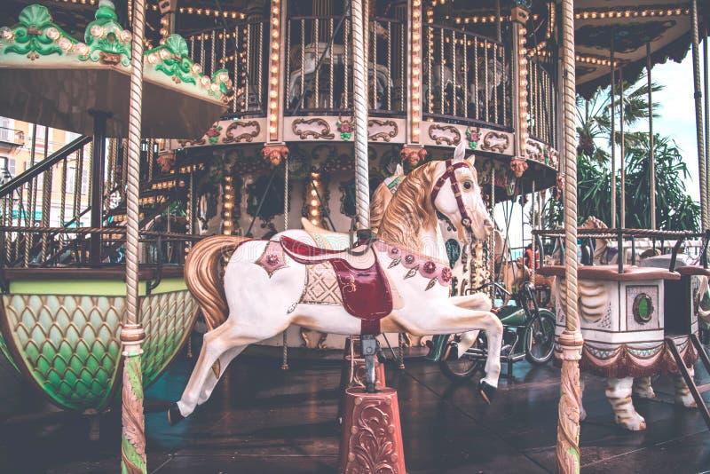 En gammalmodig karusell i Nice, Frankrike royaltyfri bild