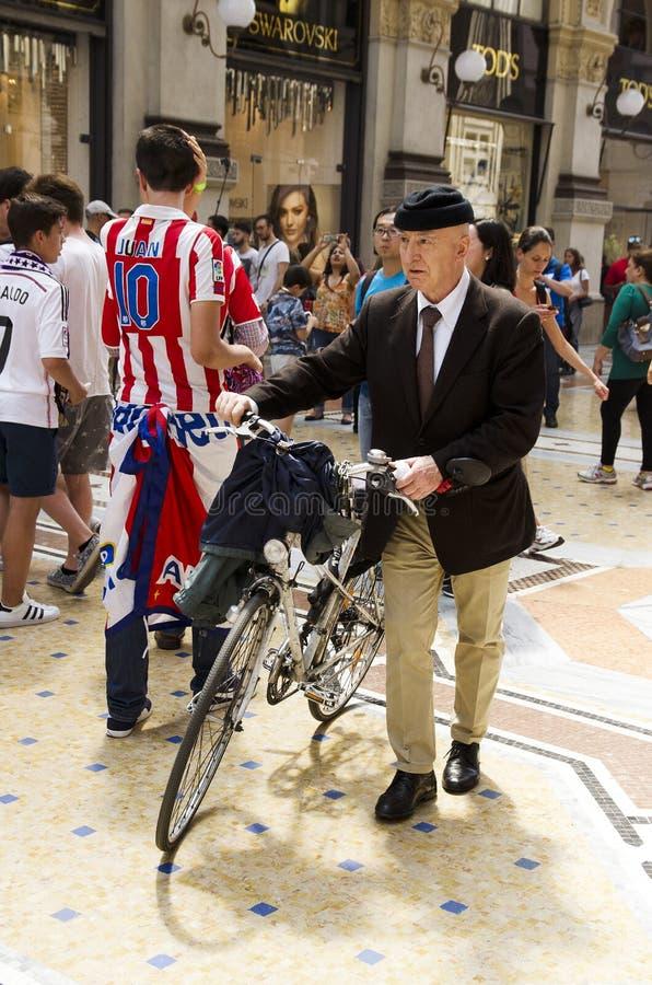 En gammalmodig man i Milan, Italien arkivbild