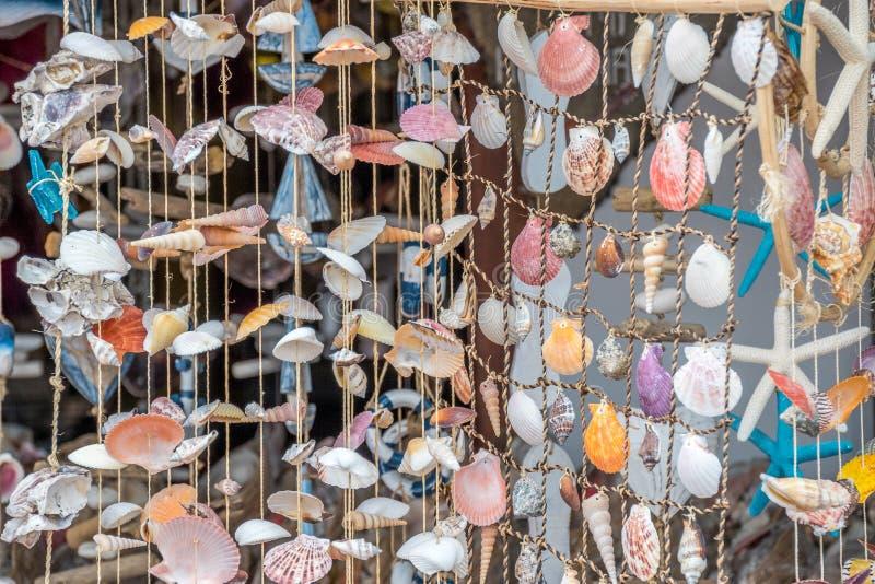En gardin som göras från havsskal arkivbilder