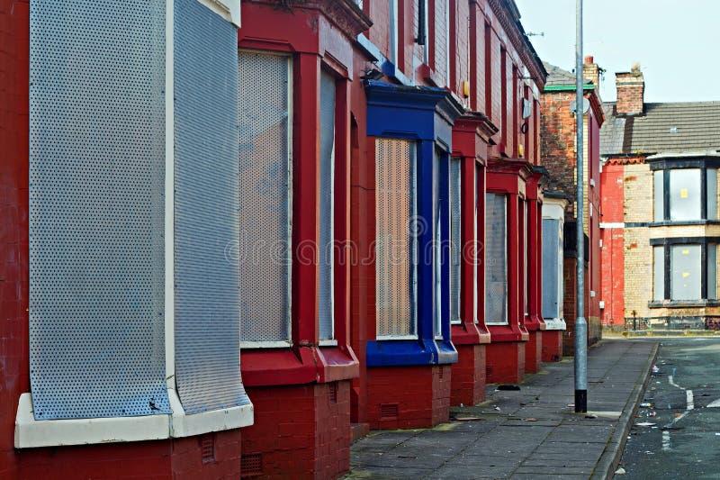 En gata av stigit ombord upp övergivna hus fotografering för bildbyråer