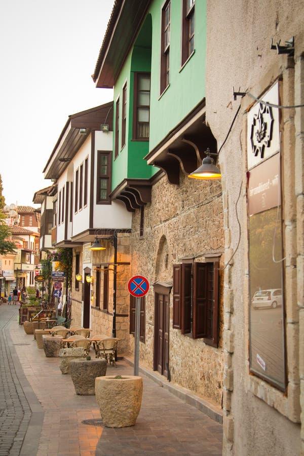 En gata i den gamla staden av Antalya kalkon arkivbilder