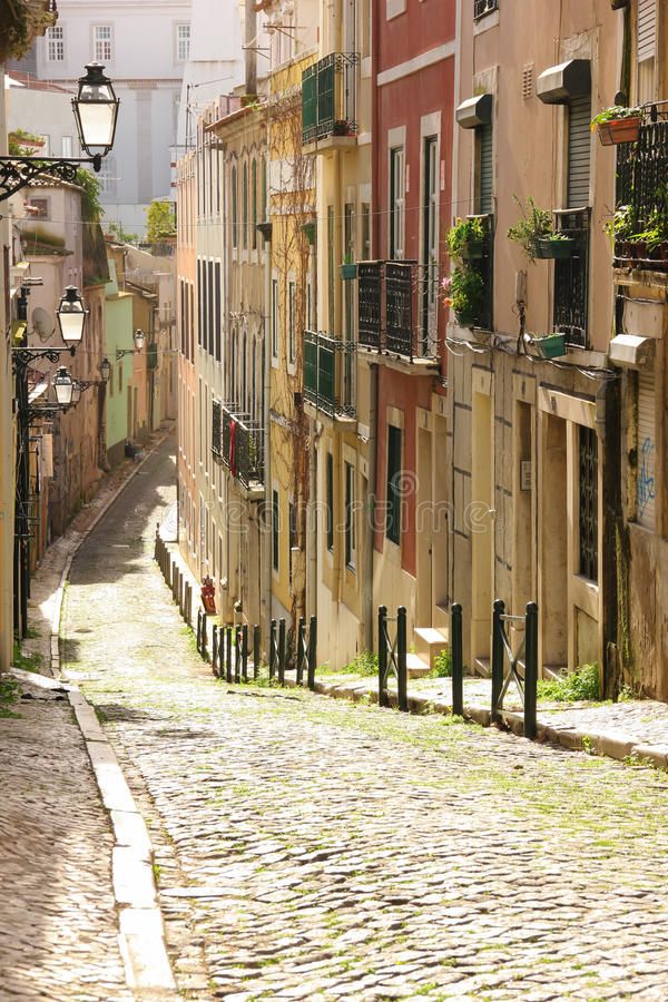 En gata i den gamla staden. Lissabon. Portugal royaltyfria bilder