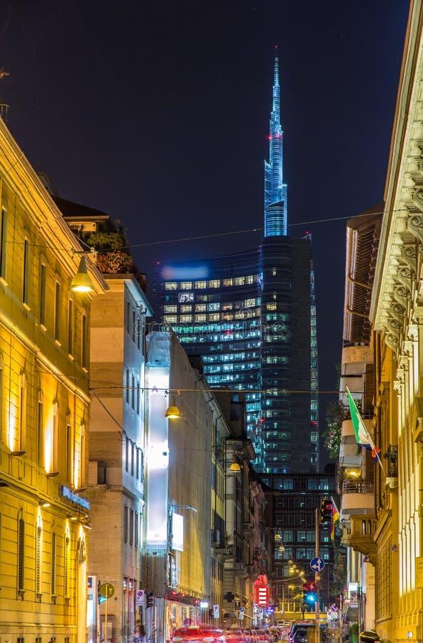 En gata i det Milan centret arkivfoton