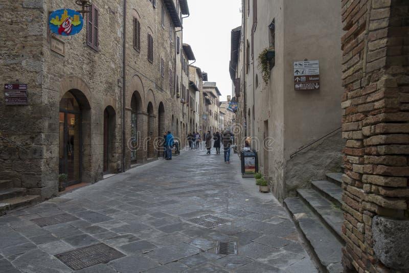 En gata i det San Gimignano centret, Italien arkivbild