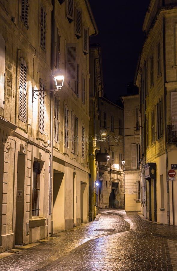 En gata i natten Avignon, Frankrike royaltyfri foto