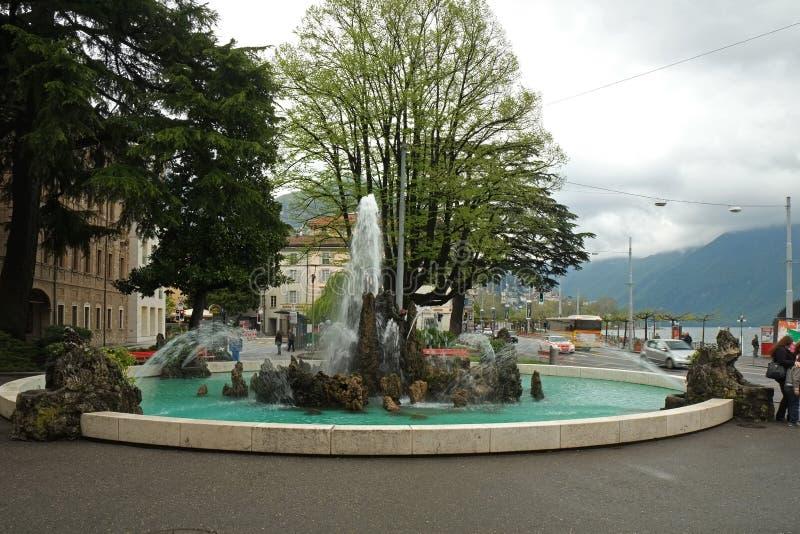 En gata med touristic shoppar och kafét i Lugano royaltyfri fotografi