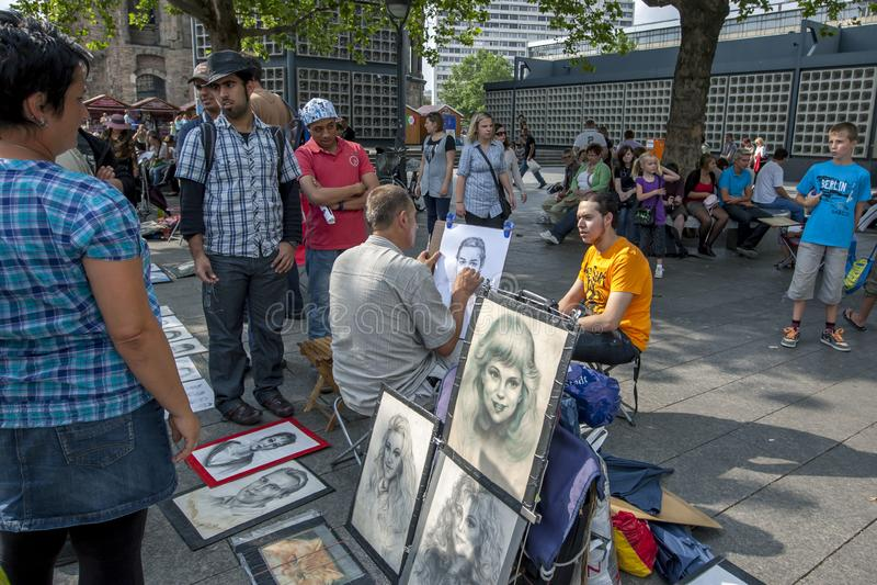 En gatakonstnär på arbete i Berlin royaltyfria foton