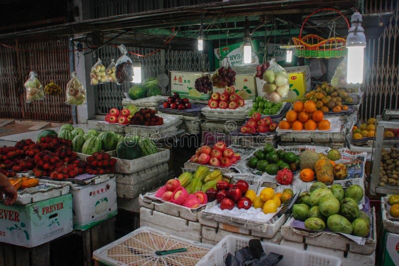 En gatamarknad i huvudstaden med magasin av exotiska frukter royaltyfri foto
