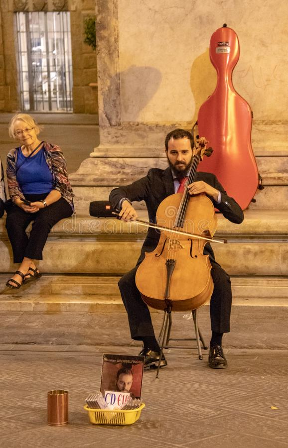 En gatamusiker i Florence royaltyfria foton
